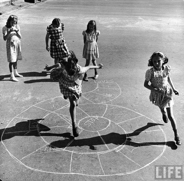 Niñas jugando a la rayuela en la ciudad de Nueva York.  LIFE Magazine